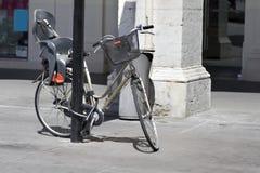 Bicicletta con la sede del bambino Immagini Stock Libere da Diritti