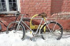 Bicicletta congelata nell'inverno fotografia stock
