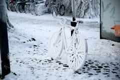 Bicicletta congelata a Suomenlinna Finlandia immagine stock