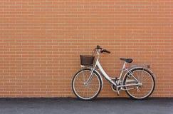 Bicicletta contro un muro di mattoni Fotografia Stock
