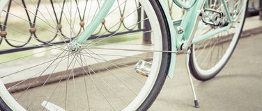 Bicicletta d'annata blu della città, concetto per attività e stile di vita sano Immagini Stock