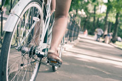 Bicicletta d'annata blu della città, concetto per attività e stile di vita sano Immagine Stock Libera da Diritti