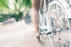 Bicicletta d'annata blu della città, concetto per attività e stile di vita sano Fotografie Stock Libere da Diritti