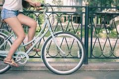 Bicicletta d'annata blu della città, concetto per attività e stile di vita sano Fotografia Stock
