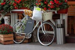 Bicicletta d'annata con il canestro Fotografia Stock