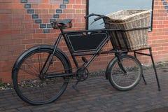 Bicicletta d'annata di consegna Fotografie Stock