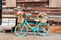 Bicicletta d'annata e fiore Fotografie Stock