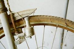 Bicicletta d'annata e ruota Immagine Stock