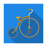 Bicicletta d'annata La prima bicicletta Ruota enorme e piccola Singola icona della bicicletta differente nelle azione piane di si illustrazione vettoriale