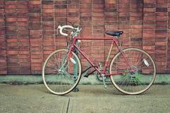 Bicicletta d'annata parcheggiata sulla via Fotografia Stock