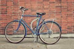 Bicicletta d'annata parcheggiata sulla via Immagini Stock