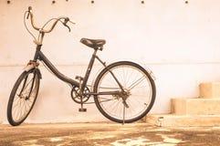 Bicicletta d'annata, parete, fondo fotografia stock libera da diritti
