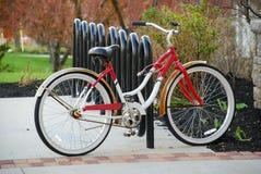 Bicicletta d'annata sullo scaffale moderno della bici fotografia stock