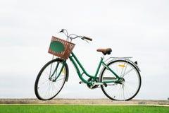 Bicicletta d'annata verde Fotografia Stock Libera da Diritti