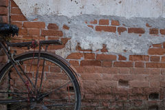 Bicicletta d'annata vicino alla vecchia parete Immagine Stock