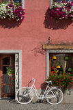 Bicicletta davanti ad un'entrata Immagine Stock Libera da Diritti