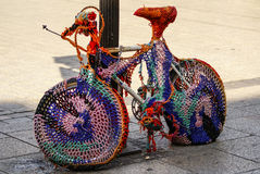 Bicicletta decorativa che riposa su un marciapiede Fotografia Stock