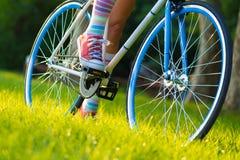 Bicicletta dei pantaloni a vita bassa Fotografie Stock