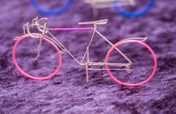 Bicicletta del wiremade del ricordo venduta al mercato dell'artigianato fotografia stock libera da diritti