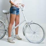 Bicicletta dell'annata di guida fotografia stock libera da diritti