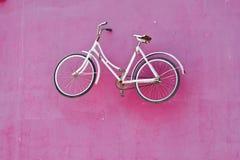 Bicicletta dell'annata sulla parete Fotografia Stock Libera da Diritti