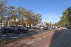 Bicicletta dell'automobile e strade pedonali a Aia al tempo di giorno fotografia stock libera da diritti