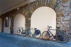 Bicicletta dell'Italia Firenze contro la parete fotografia stock