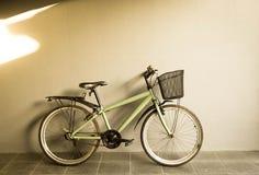 Bicicletta della città sulla parete grigia del backgound immagine stock libera da diritti