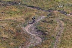 Bicicletta della montagna di guida dell'uomo in discesa fotografie stock libere da diritti