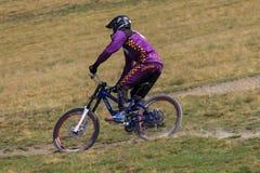 Bicicletta della montagna di guida dell'uomo in discesa fotografie stock