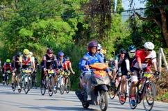 Bicicletta di ciclismo della gente tailandese nella corsa a Khao Yai Fotografia Stock