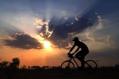 bicicletta di giro dell'uomo della siluetta Fotografia Stock Libera da Diritti