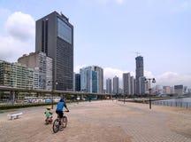 Bicicletta di guida del figlio e del padre in città fotografie stock libere da diritti