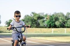 Bicicletta di guida del ragazzo immagini stock