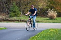 Bicicletta di guida dell'uomo Fotografia Stock