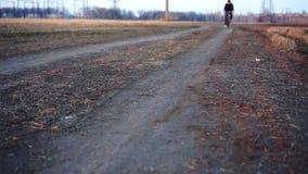 Bicicletta di guida dell'uomo nel campo stock footage