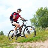 Bicicletta di guida della giovane donna Fotografie Stock