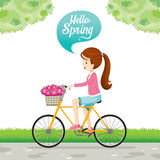 Bicicletta di guida della ragazza con la merce nel carrello Front Of Bicycle del fiore Fotografia Stock Libera da Diritti