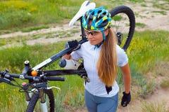 Bicicletta di guida della ragazza fuori Stile di vita sano Immagini Stock Libere da Diritti