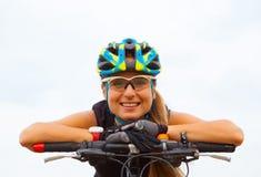 Bicicletta di guida della ragazza fuori Stile di vita sano Immagine Stock Libera da Diritti