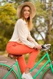 Bicicletta di guida della ragazza in parco Fotografia Stock Libera da Diritti