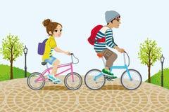 Bicicletta di guida delle coppie nel parco illustrazione di stock