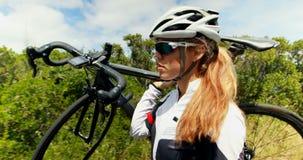 Bicicletta di trasporto del ciclista femminile sulla strada 4k della campagna archivi video