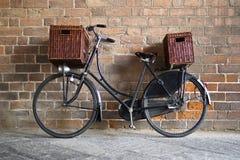 Bicicletta di vecchio stile con i canestri Fotografie Stock