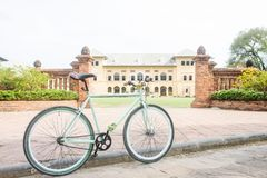 Bicicletta e costruzione antica, che come i precedenti fotografie stock
