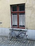 Bicicletta e finestra Fotografia Stock