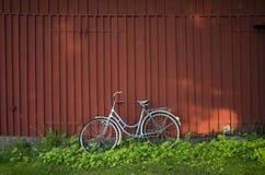 Bicicletta e granaio rosso Immagini Stock