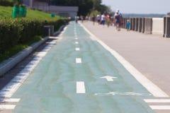 Bicicletta e percorso di camminata lungo la banchina Immagine Stock