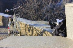 Bicicletta e ragazza della lettura nella città fotografia stock libera da diritti