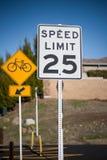 Bicicletta e segno limite di velocità Immagine Stock Libera da Diritti